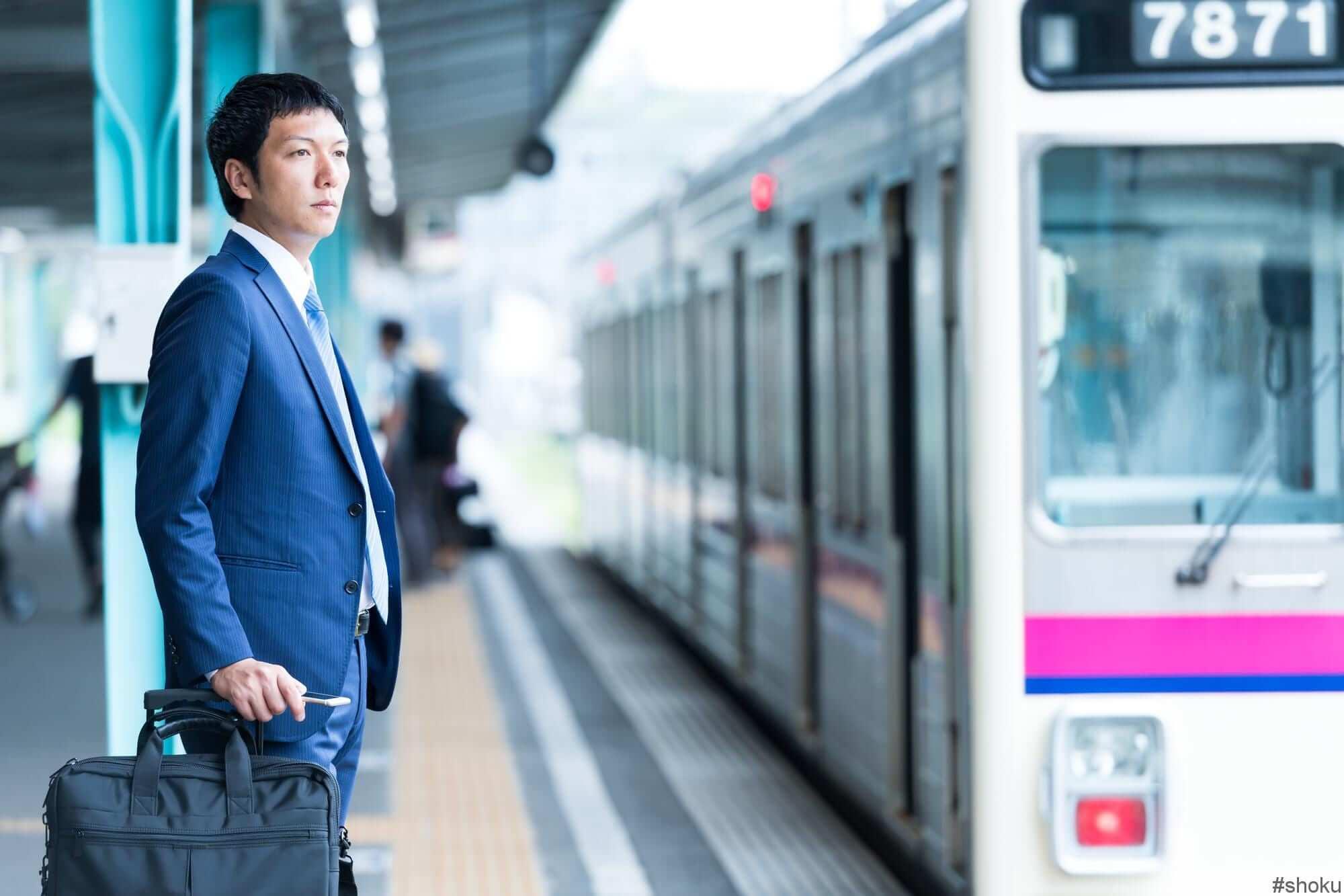 電車を待っている営業の写真