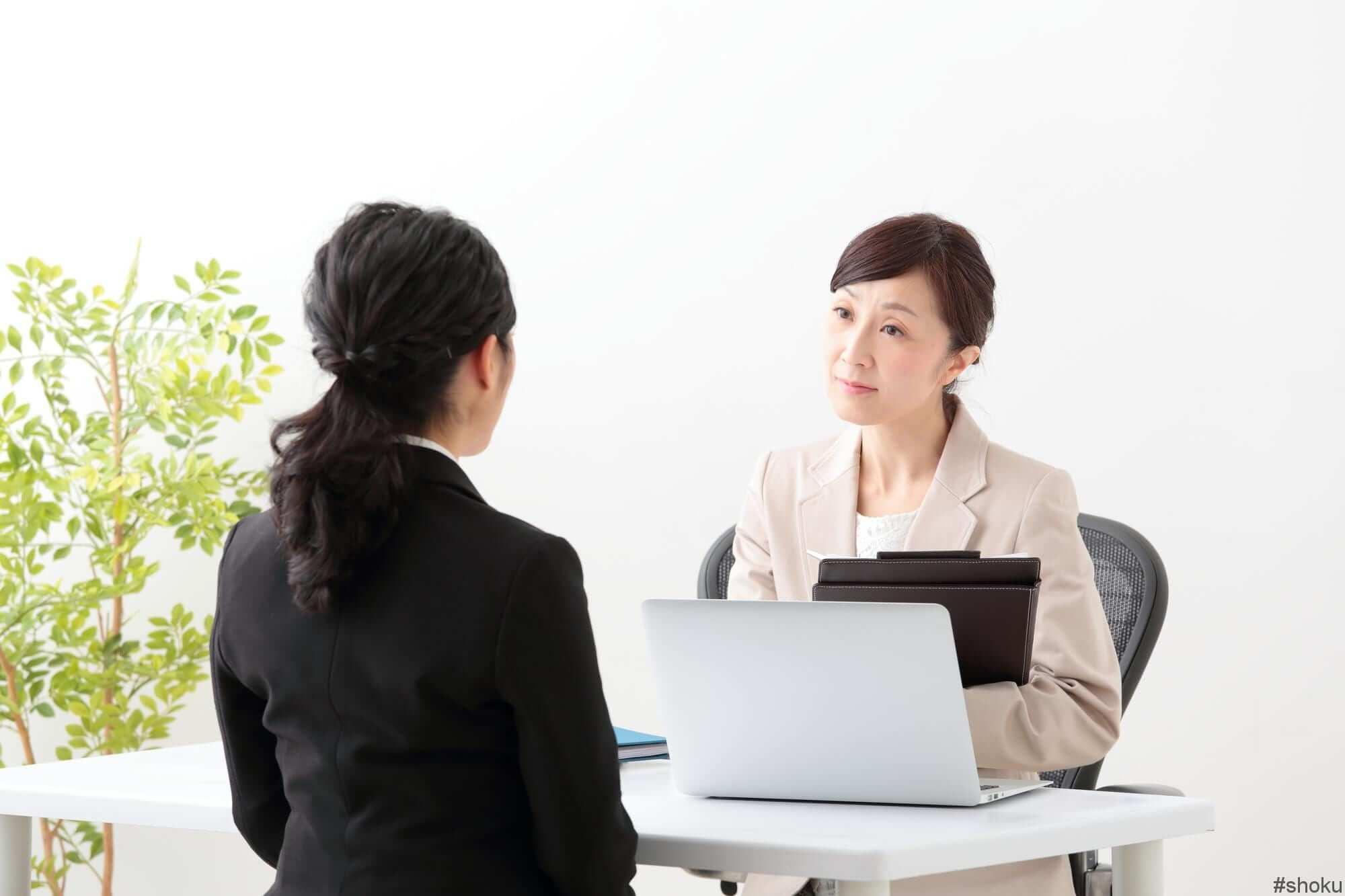面談する女性