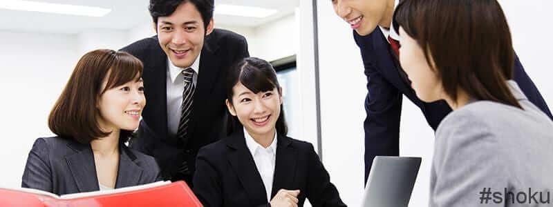 営業事務の仕事で複数の人から信頼される女性
