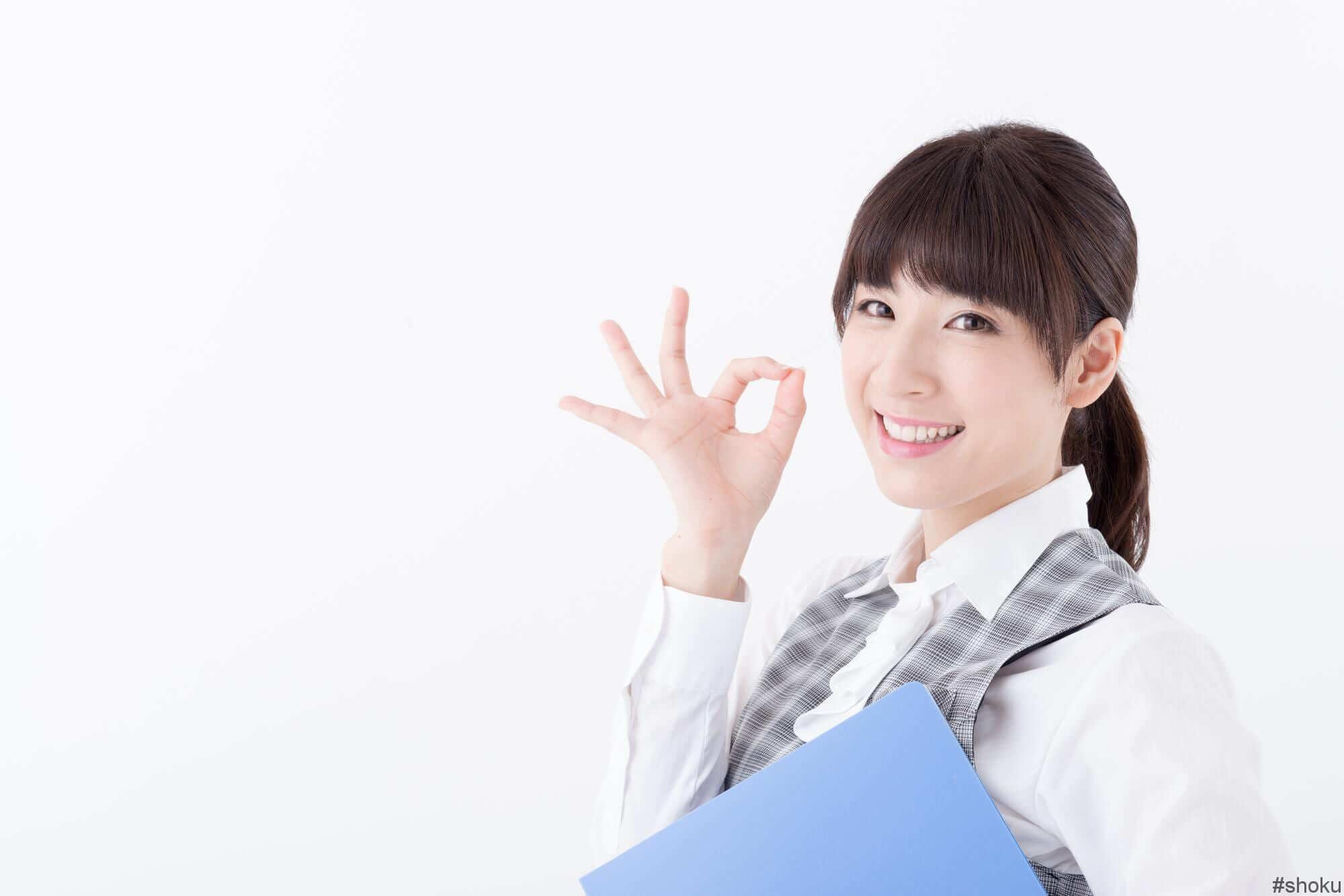 営業事務のまとめを説明する女性