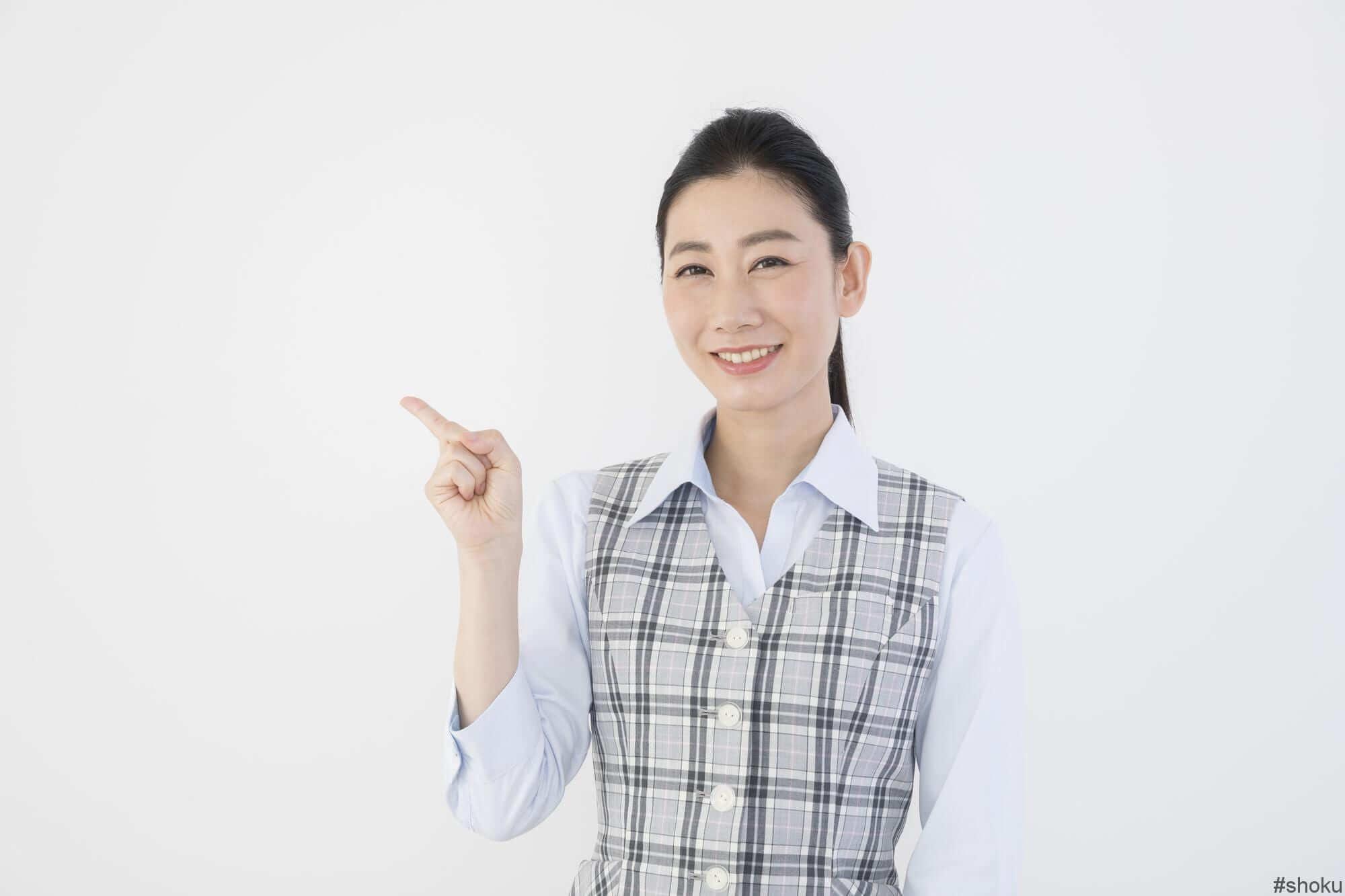 営業事務の勤務時間・残業・休日について説明する女性