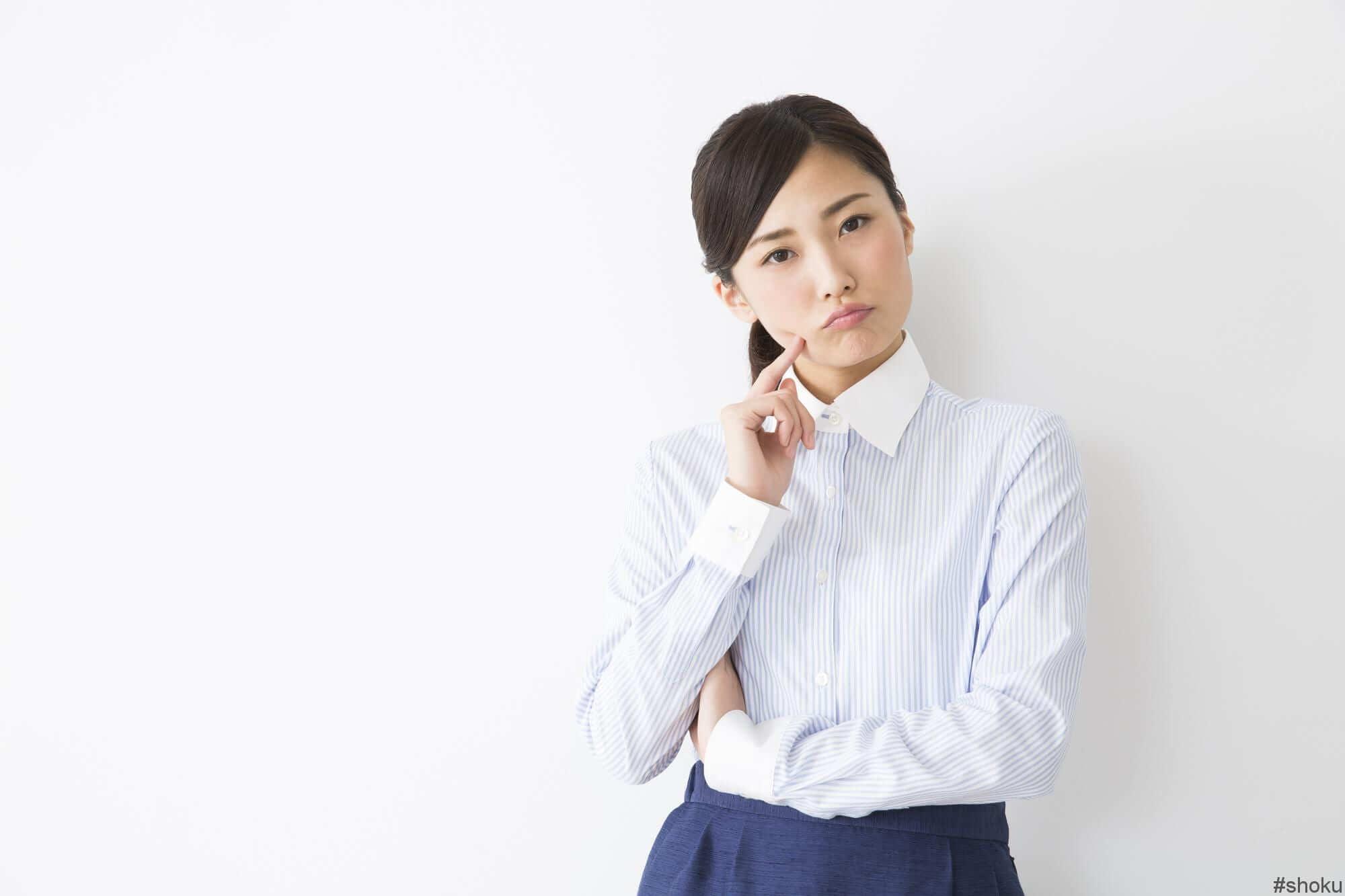面接や職場見学のとき、どのように自分のコミュニケーション能力をアピールするか悩む女性