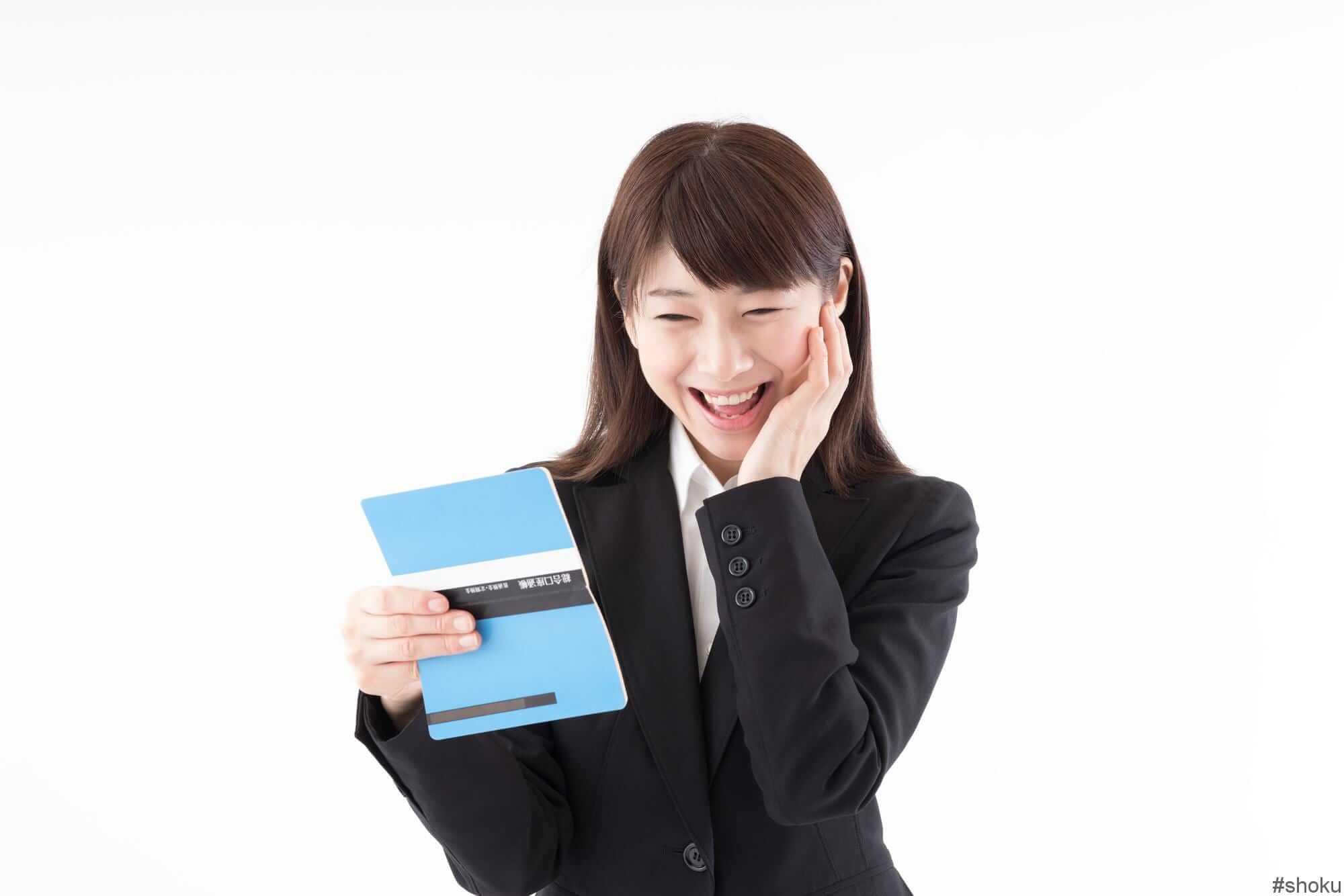経理職の派遣スタッフの時給がアップして喜ぶ女性