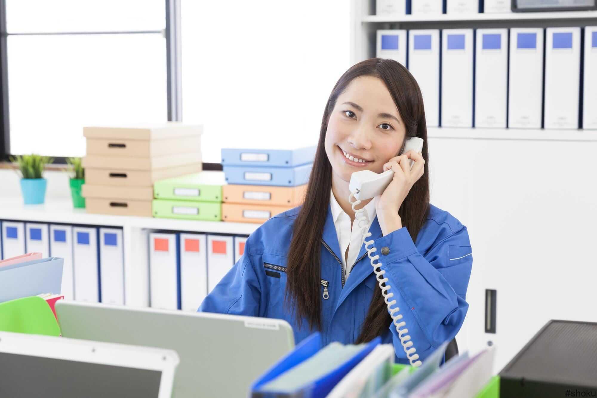 電話取次の仕事に従事する女性