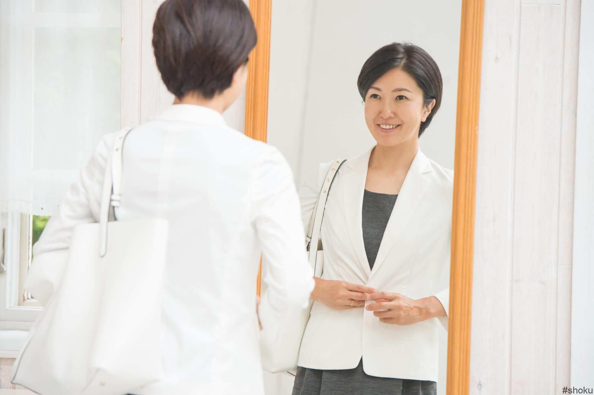 経理の適性が分かり自分を見つめ直している女性