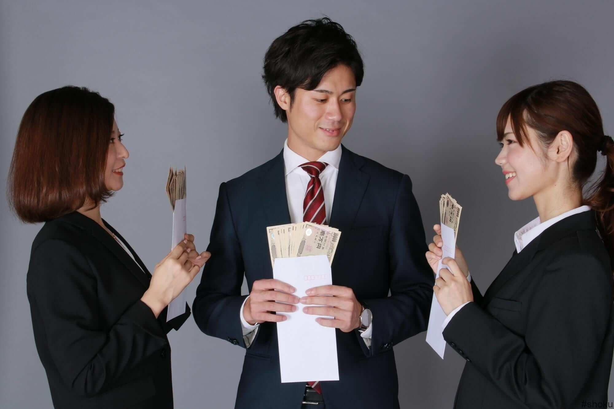 一般事務における派遣勤務の平均給与を比べ合う人々