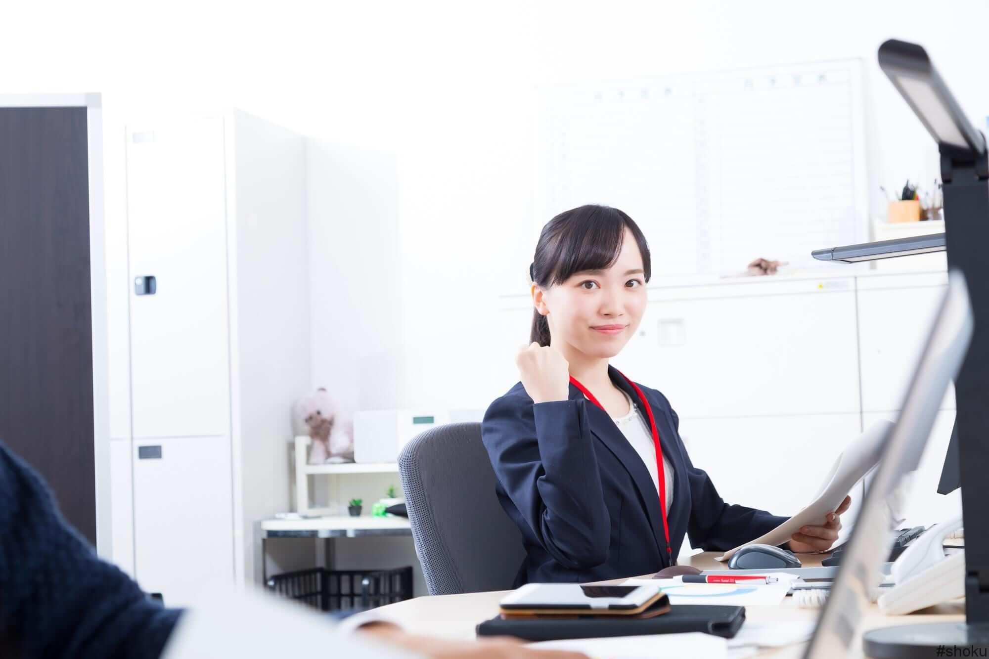 こんな人は営業事務に向いているとアドバイスする女性