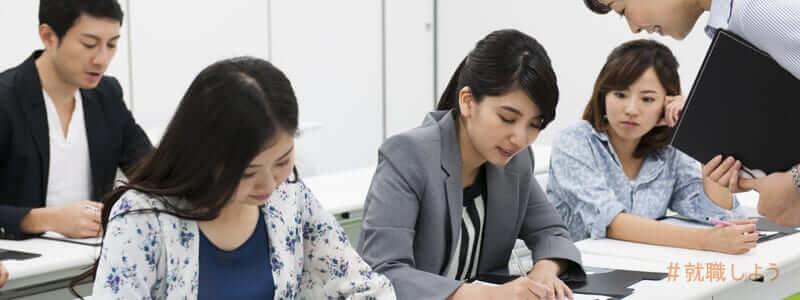 派遣会社のスキルアップ講座に参加する人々