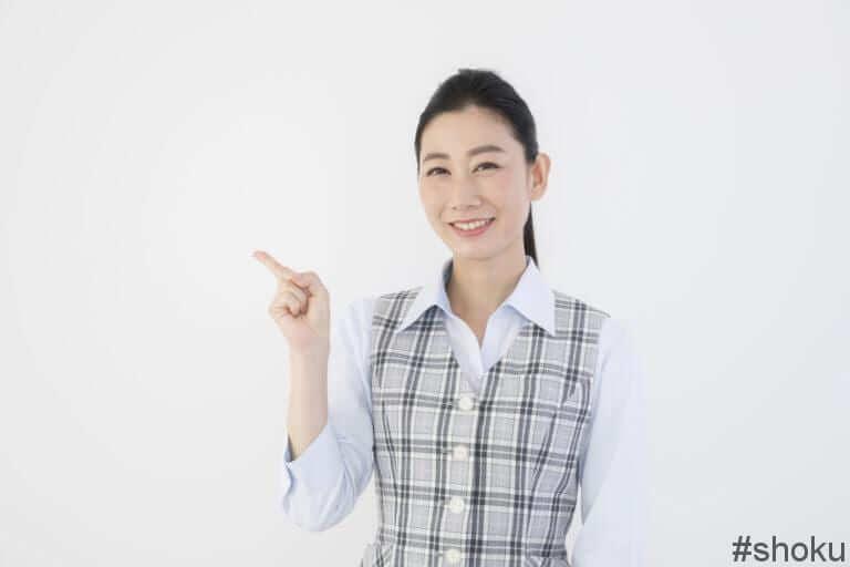 一般事務とはどんな仕事なのかを説明する女性