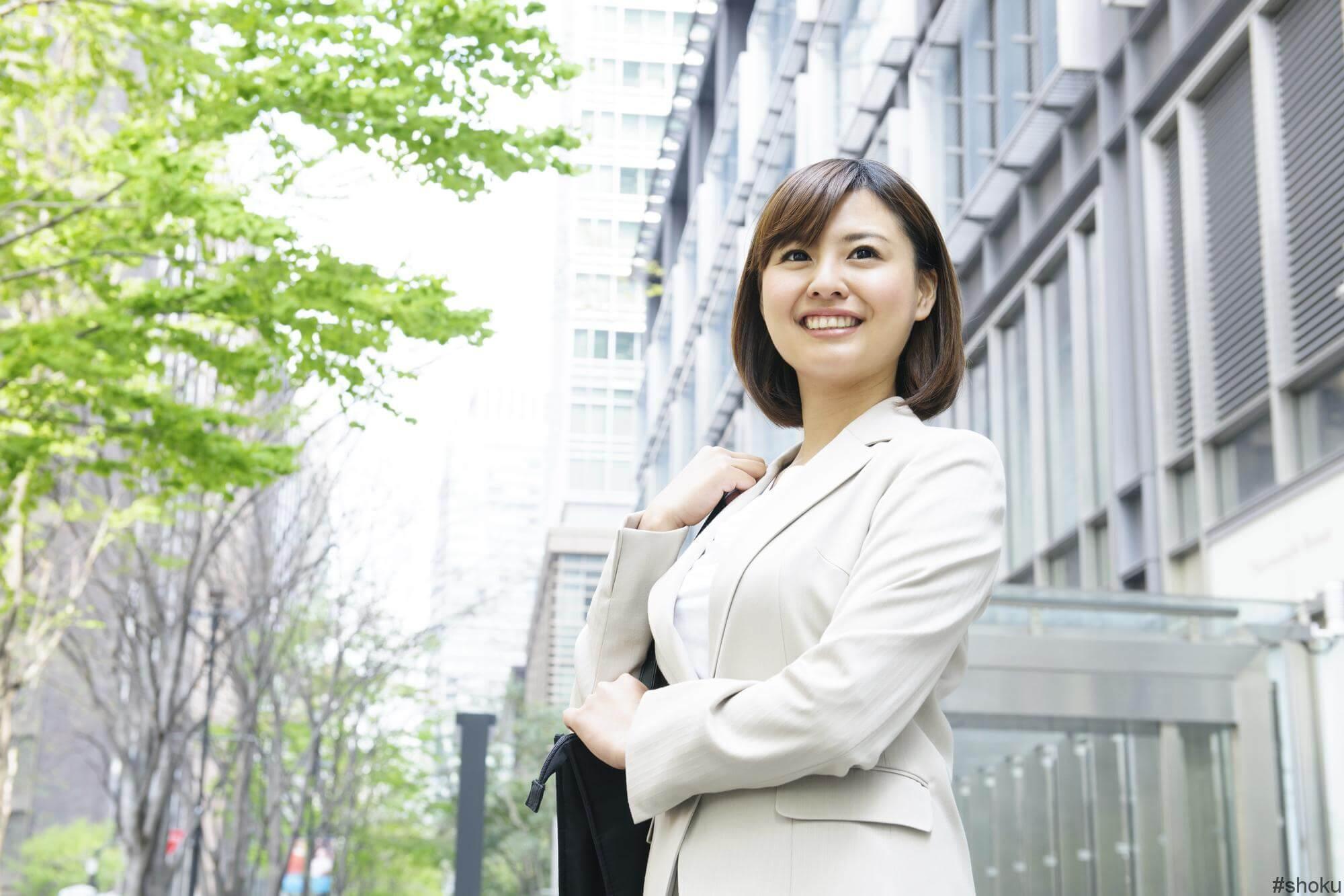 希望の営業職に合わせた転職エージェントを使って転職成功させよう!と意気込む女性