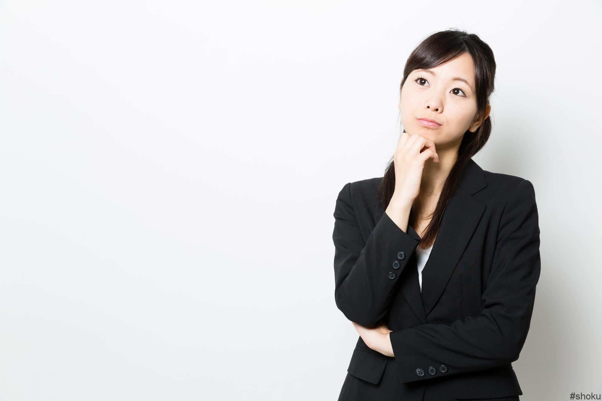 データ入力の業務形態について考える女性