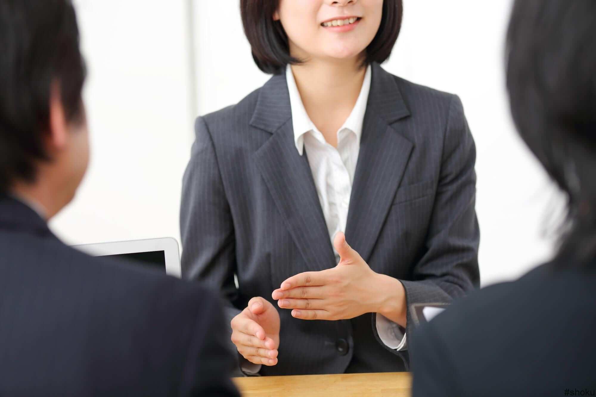 「第一印象」と「積極的な質問」は面接のポイントUPの方法である事を説明する女性