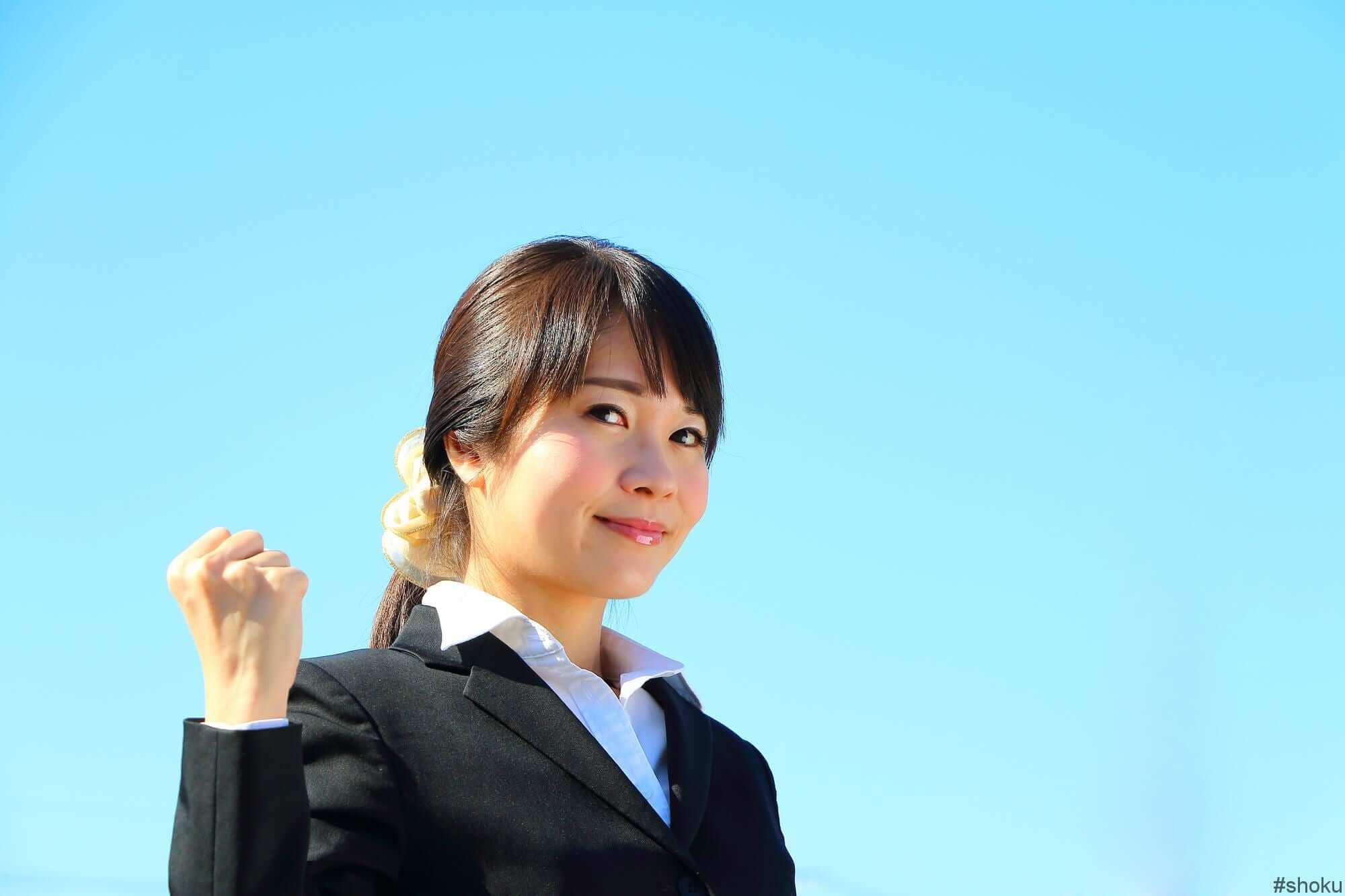 コールセンター業務をとおして、将来有望な仕事に就くための下準備しようと決意する女性