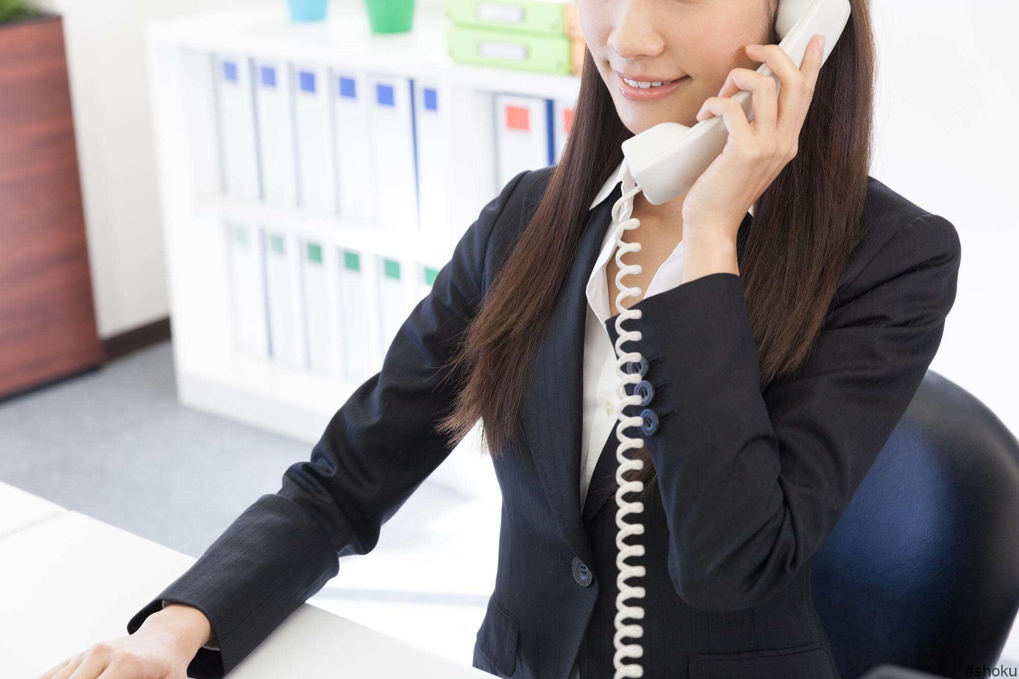 会社で電話対応をする女性