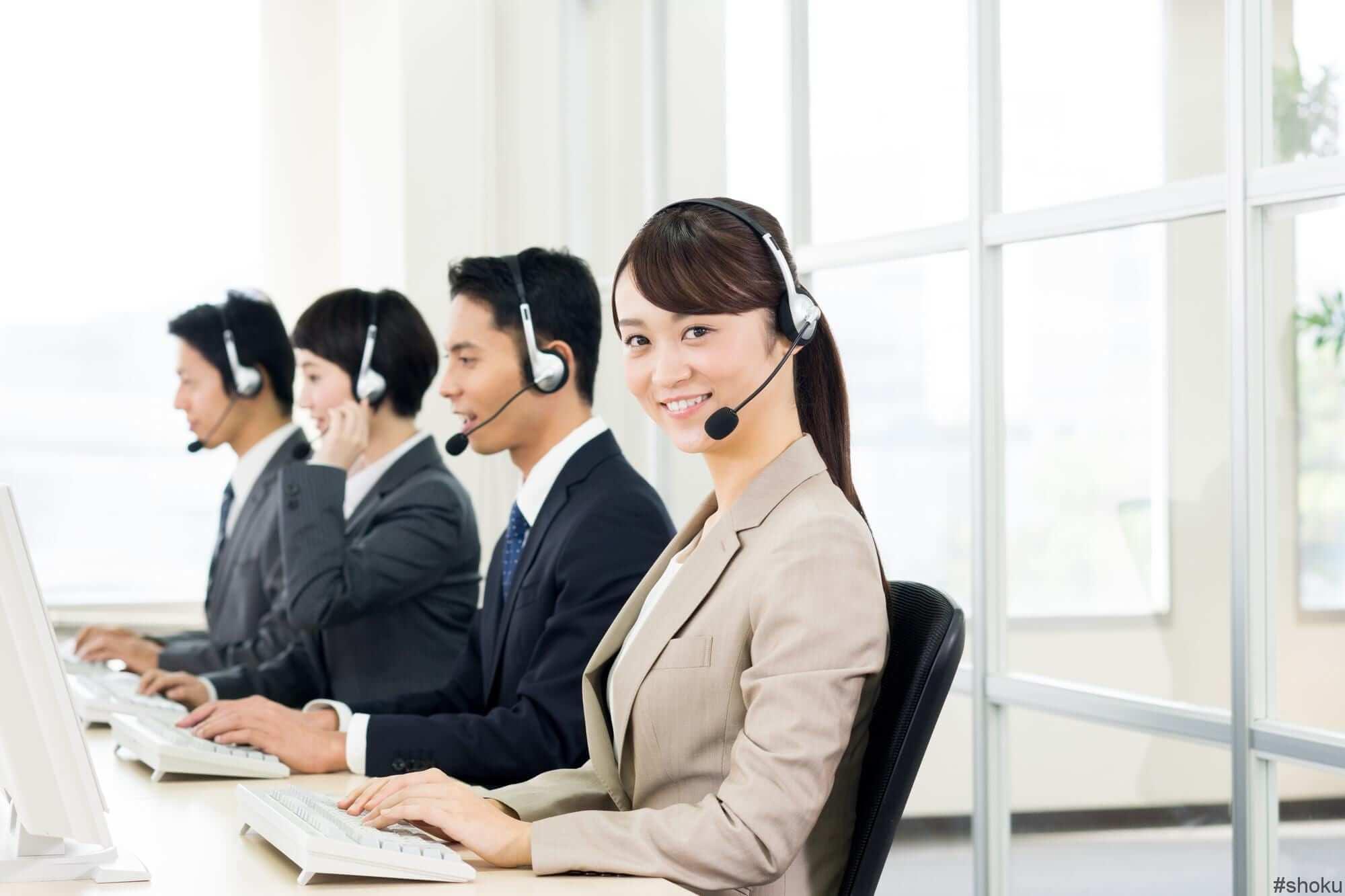手薄になった電話チームをサポートするために受電しているコールセンター内事務担当者