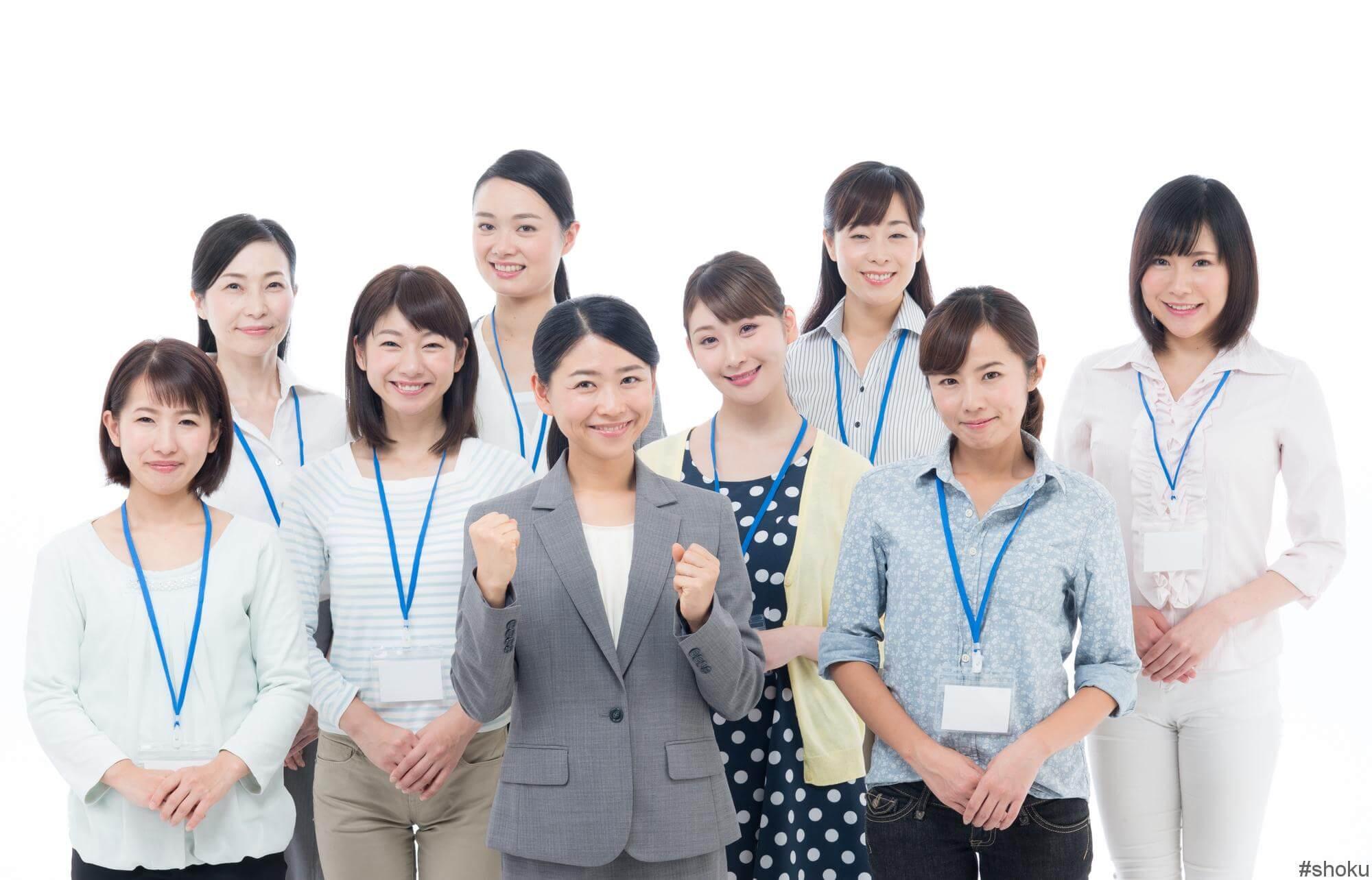本社と支社勤務の営業事務の仕事内容の違いについて理解して笑顔になる人々