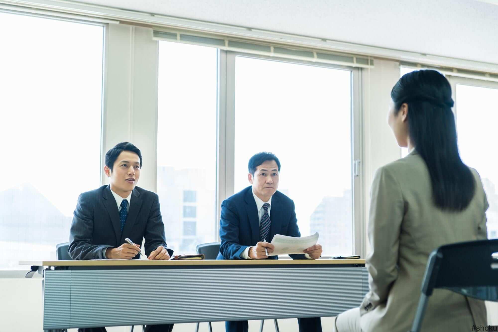 職務経歴書を提出して経理の仕事の面接を受ける様子