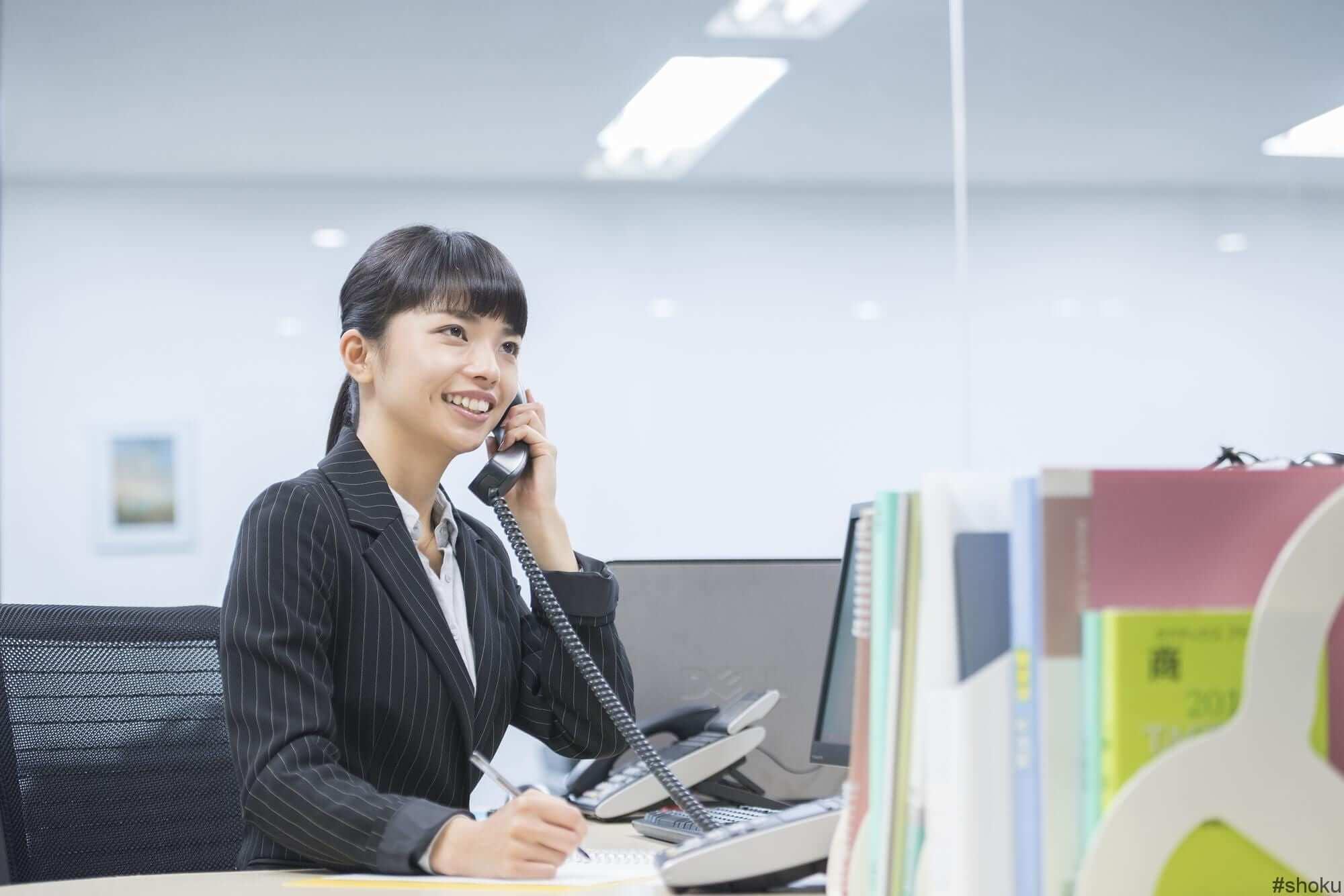 良い印象を持たれる電話応対をする女性
