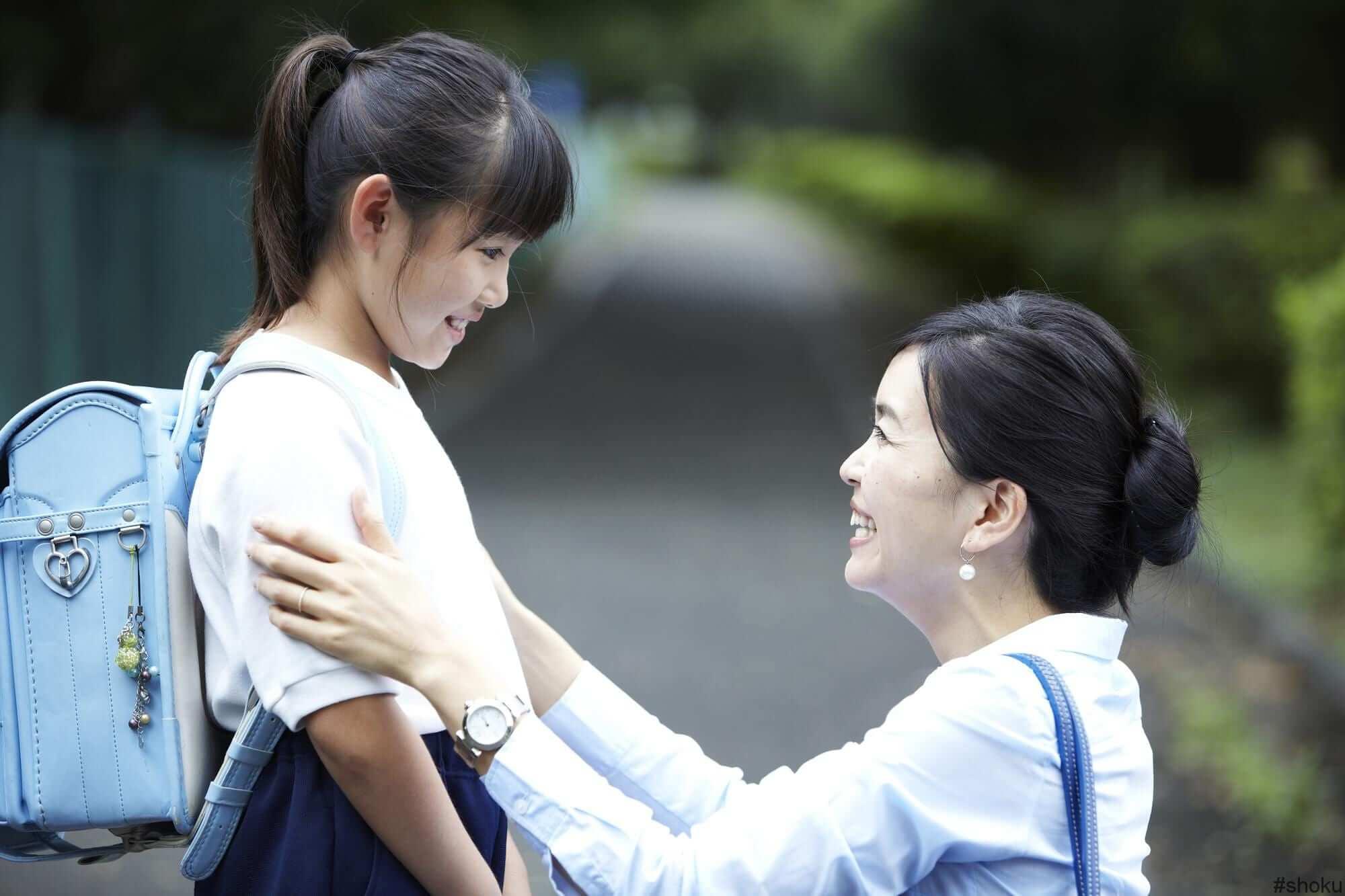 仕事と学校に向かうシングルマザーと子ども