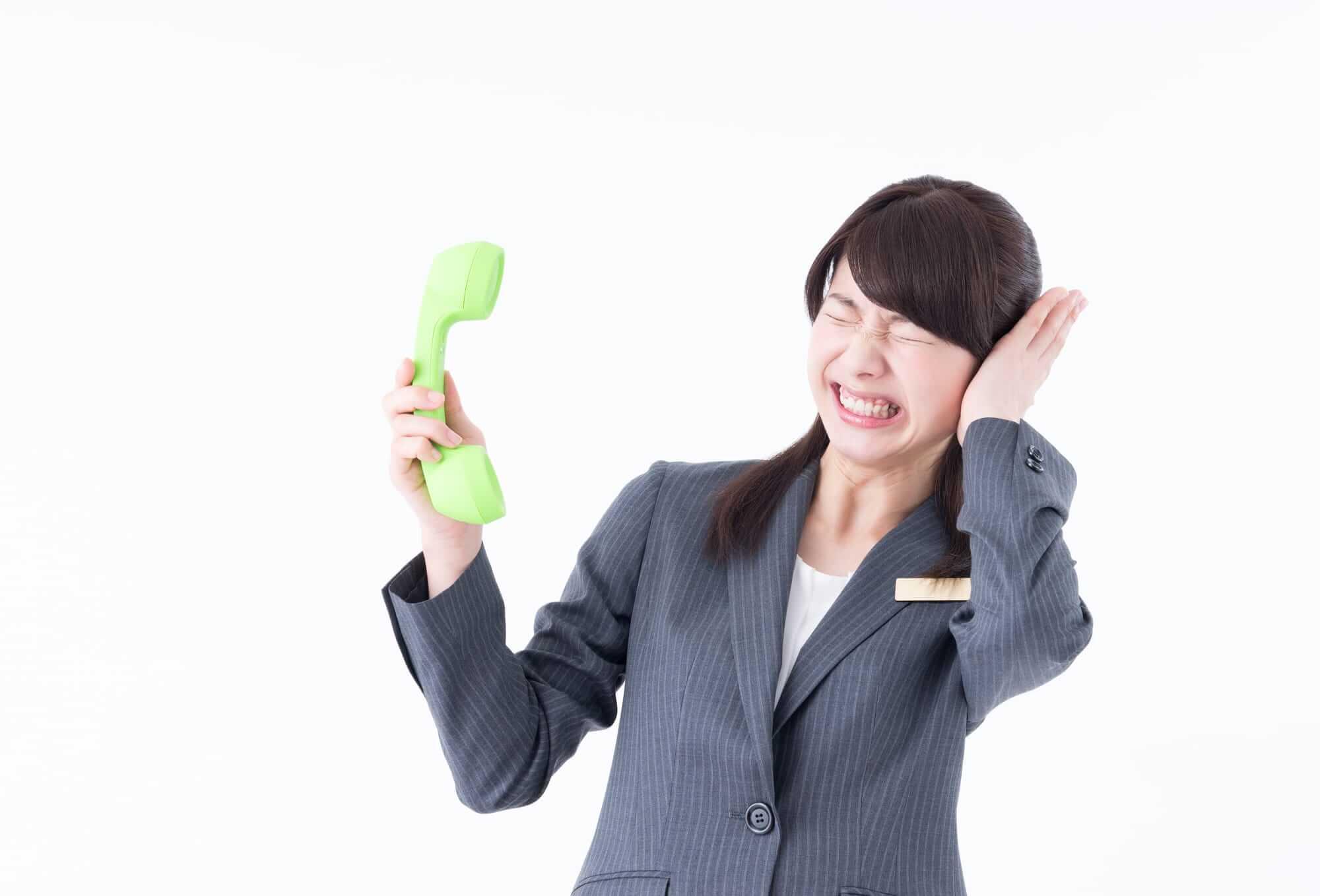 コールセンターでクレーム対応中の女性