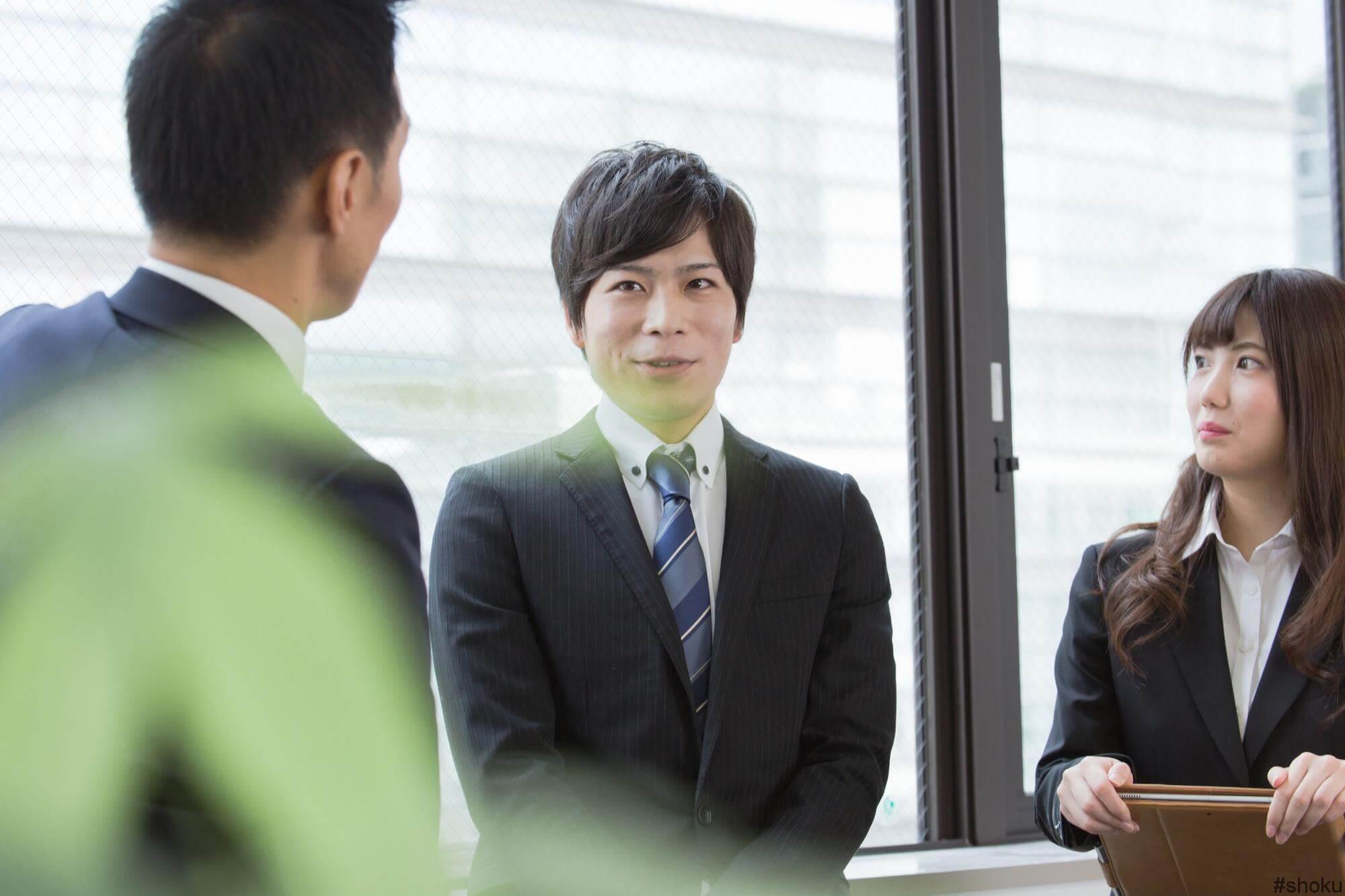 派遣事務の仕事を充実させる3つのポイントを学ぶ男性