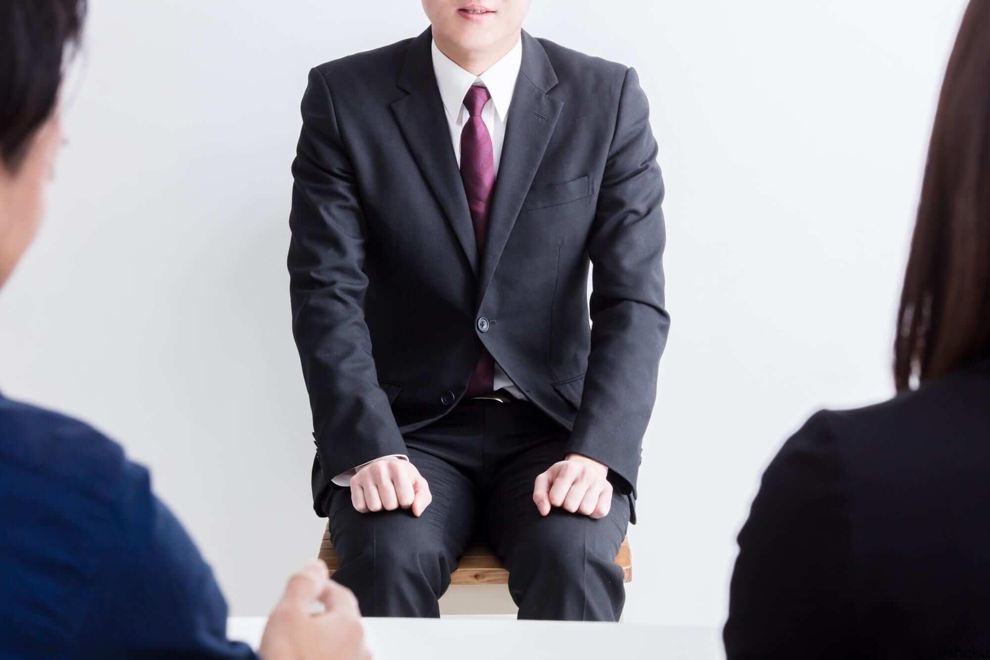 派遣事務の採用面接に挑む男性