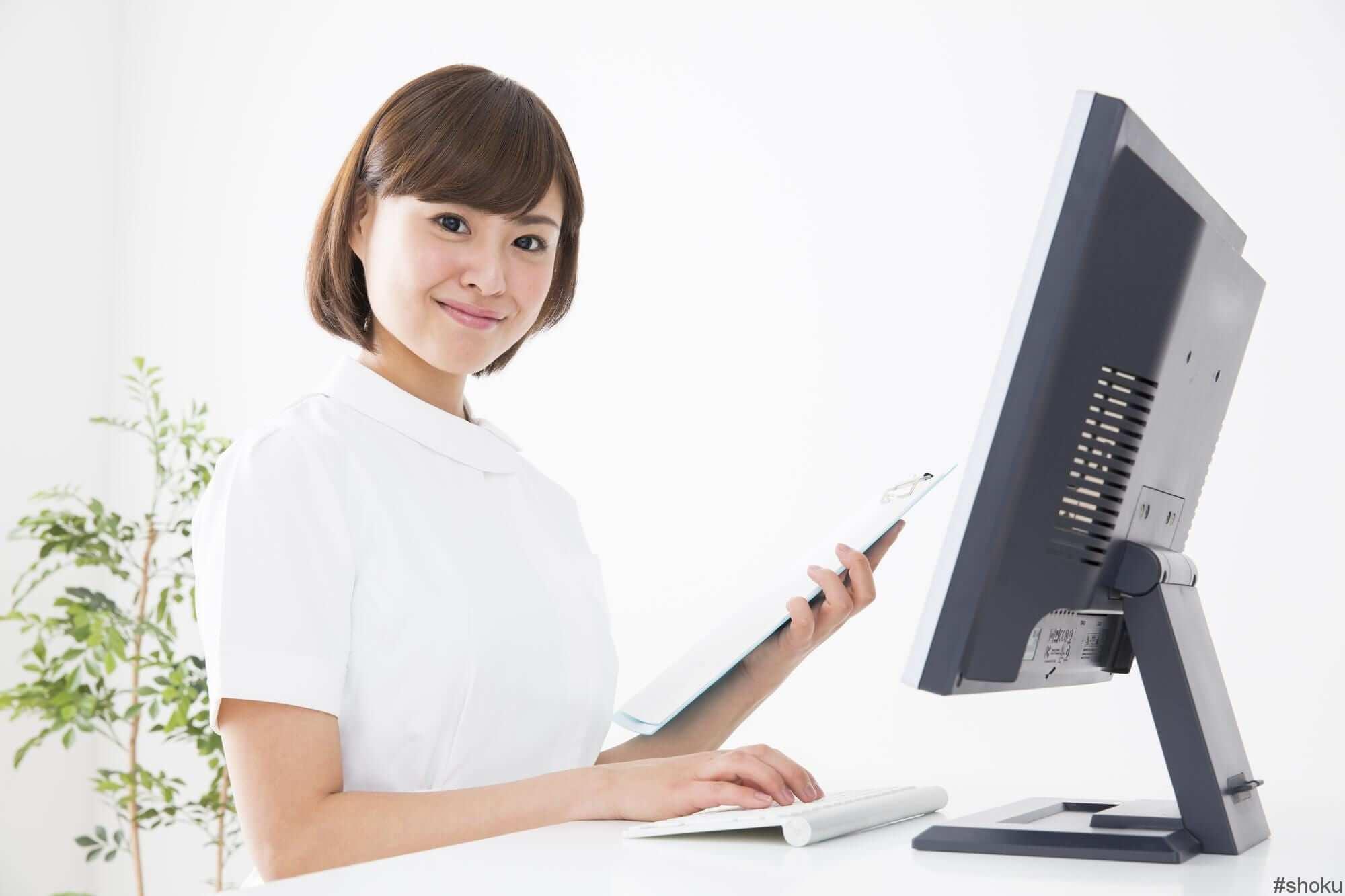 医療事務の「レセプト業務」に従事する女性