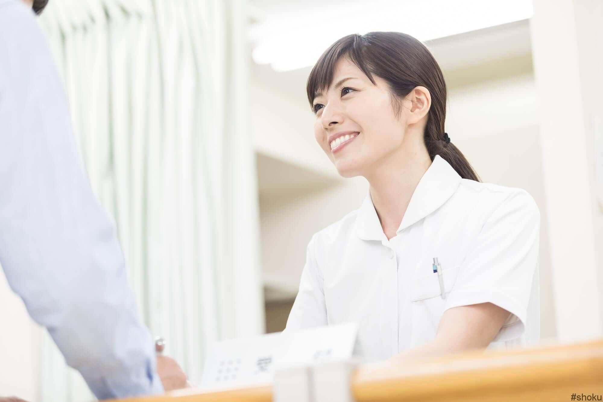医療事務で生き生きと働く女性