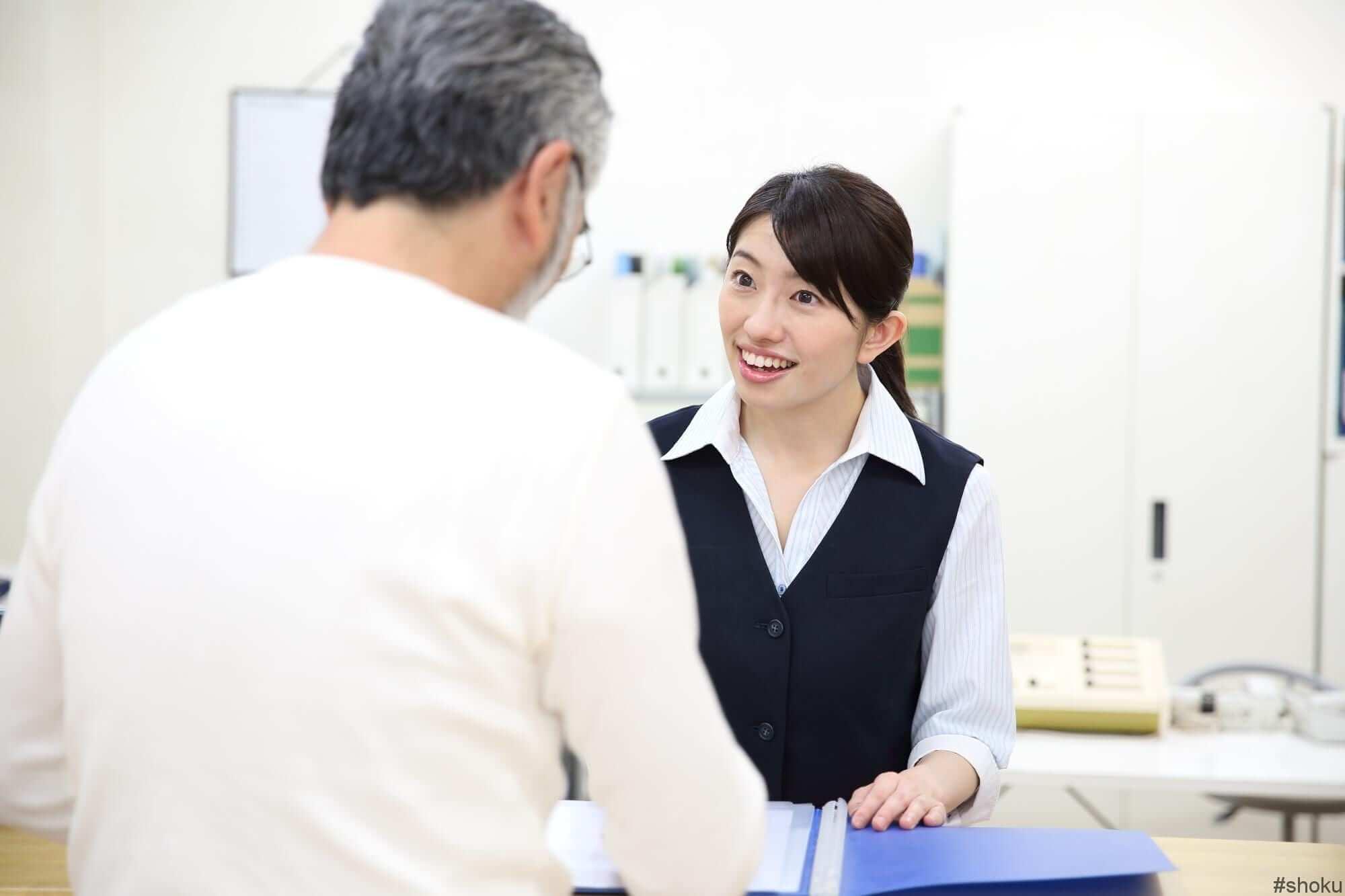 医療事務の「受付業務」に従事する女性