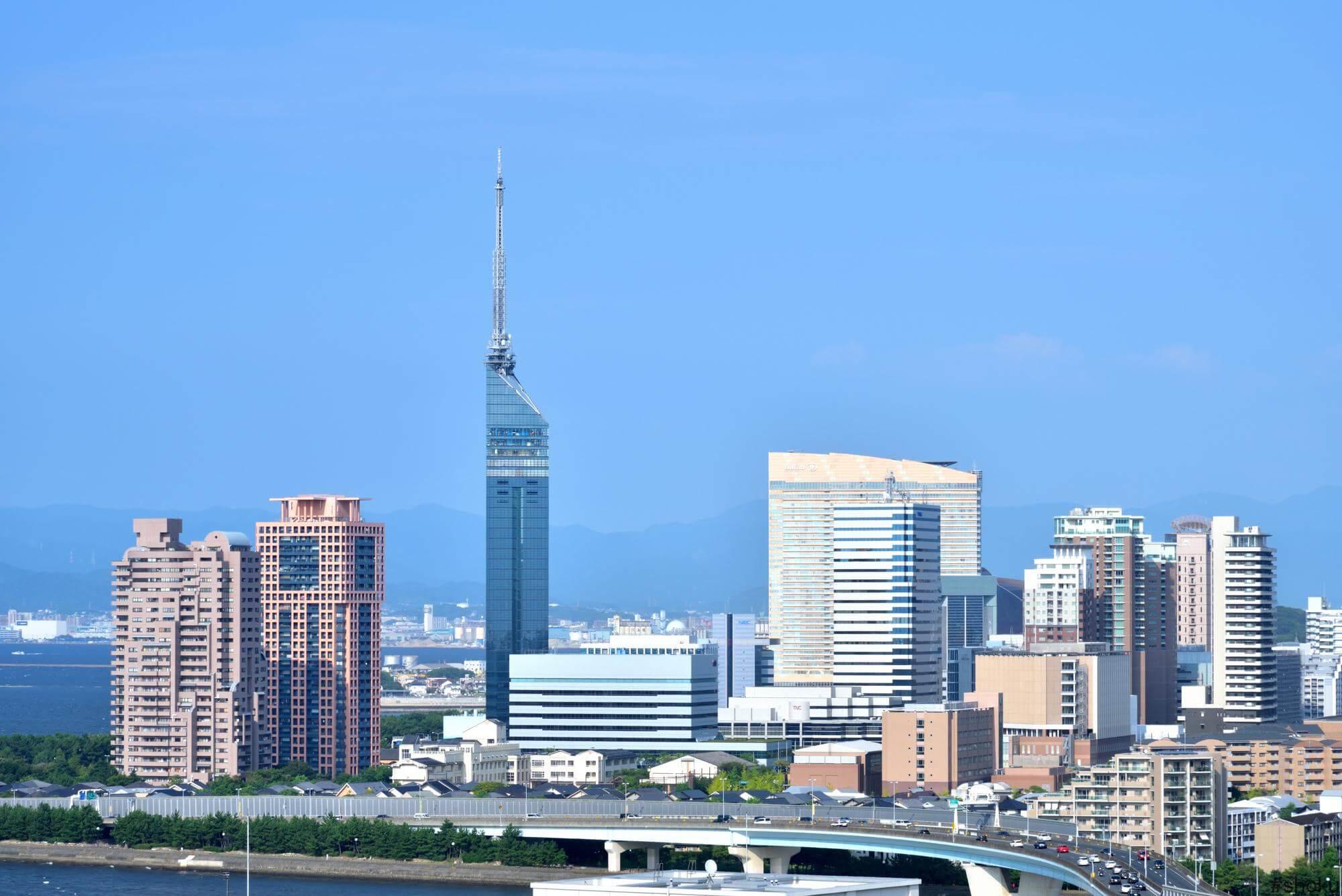 福岡タワーと周辺のビル群