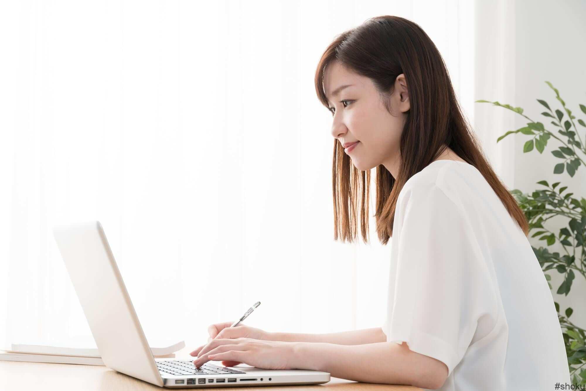 パソコンで履歴書を送る女性