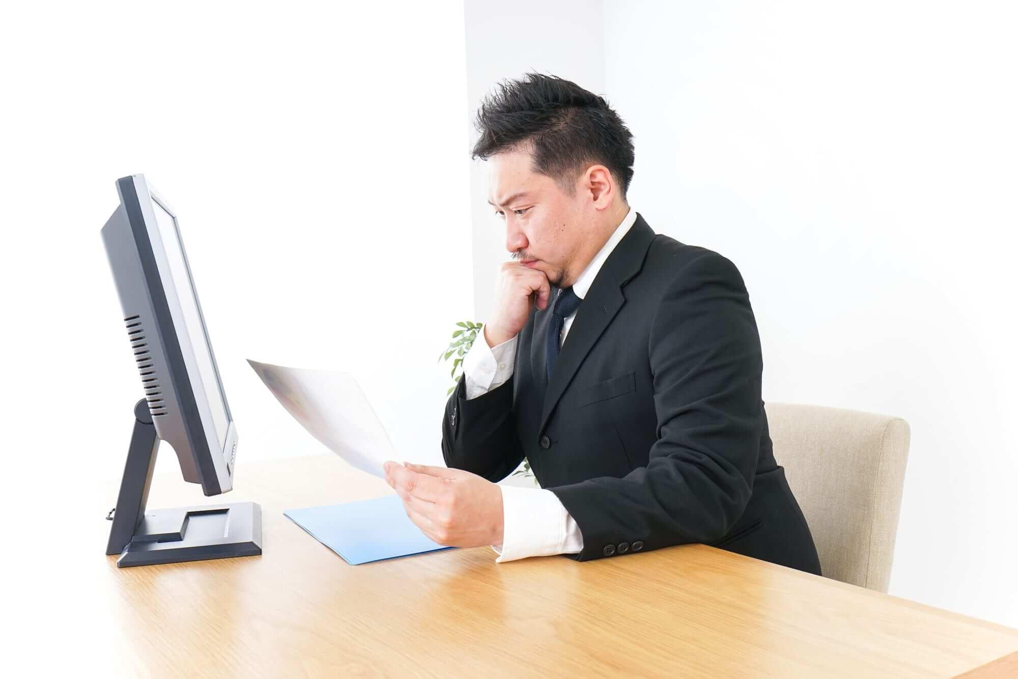 書類を見る男性